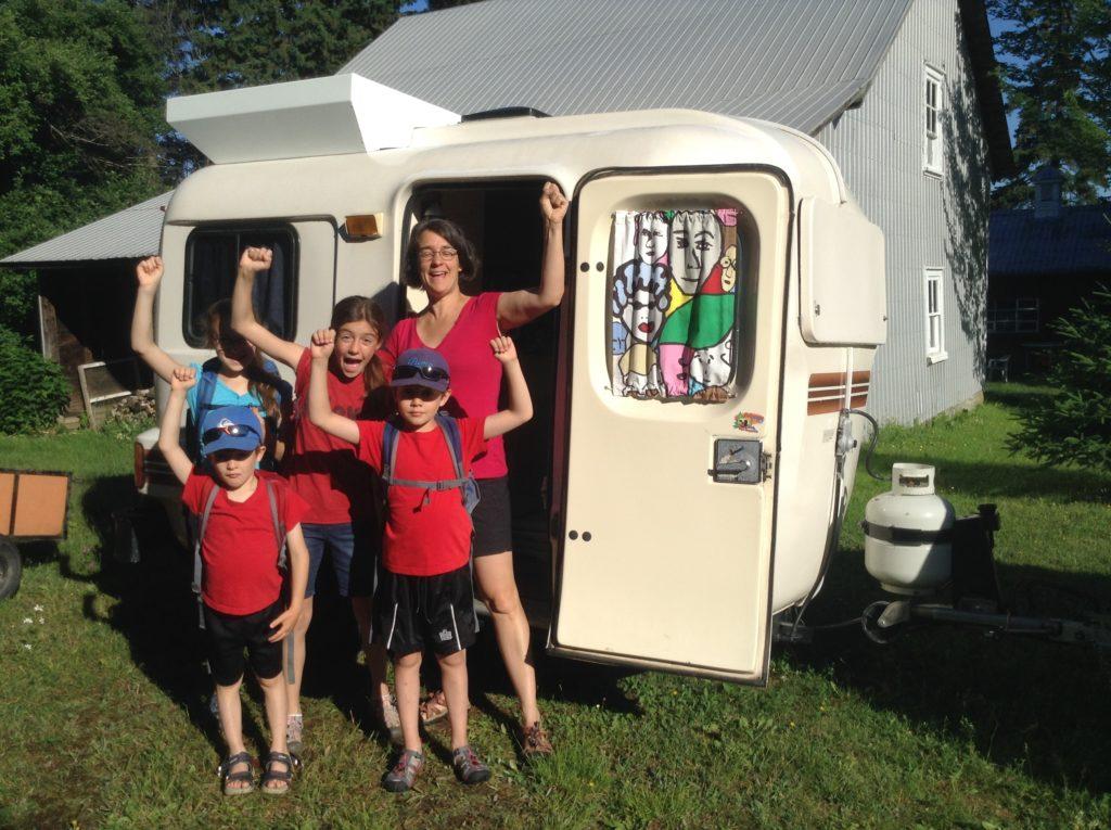 Sur la route des vacances : du camping en mini-roulotte pour une famille de six